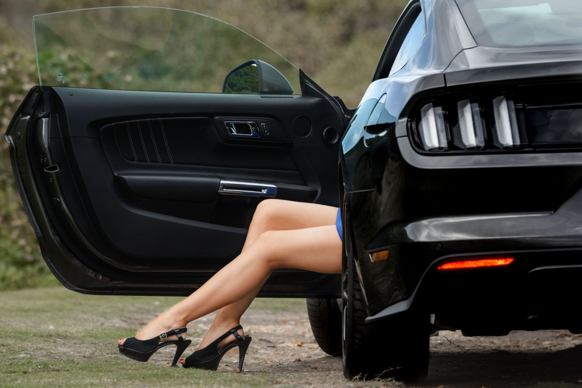 models legs and Ford Mustang